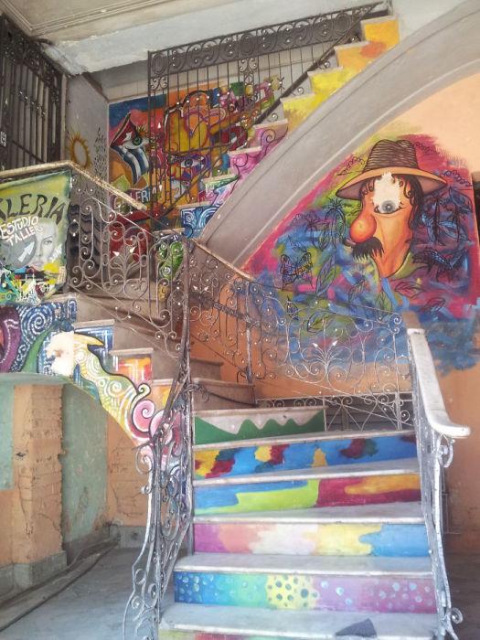 Яркий стрит-арт на лестнице дома в Гаване.