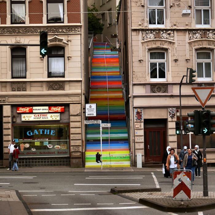 Радужные ступеньки лестницы в городе Вупперталь в Германии.