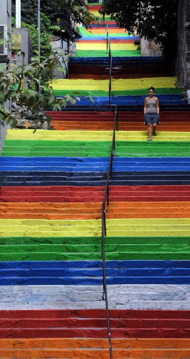 Длинная разноцветная лестница в Стамбуле.