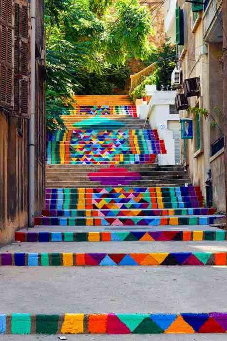 Разукрашенные ступеньки лестницы в столице Ливана.