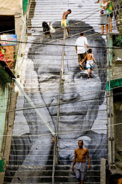 Лестница с портретом женщины в столице Бразилии.
