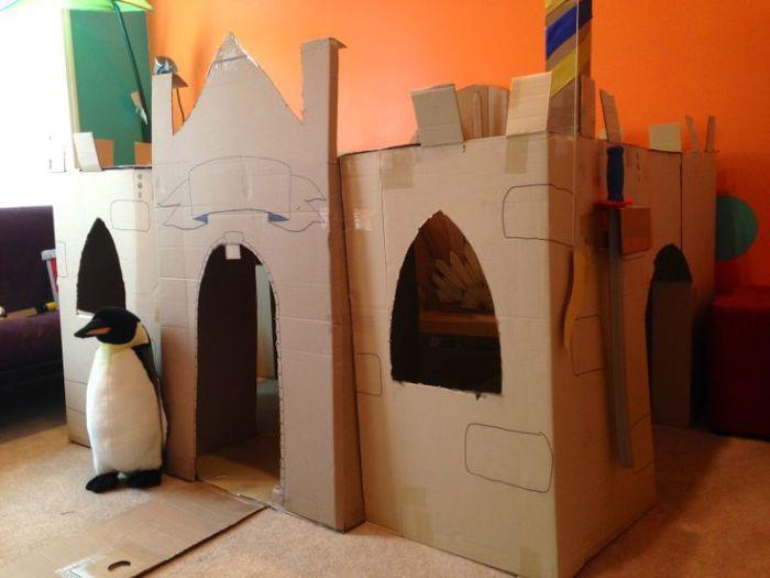 Крепость с плюшевым пингвином на страже.