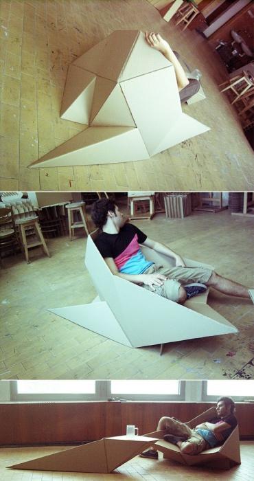 Картонный стул, который напоминает огромное оригами.