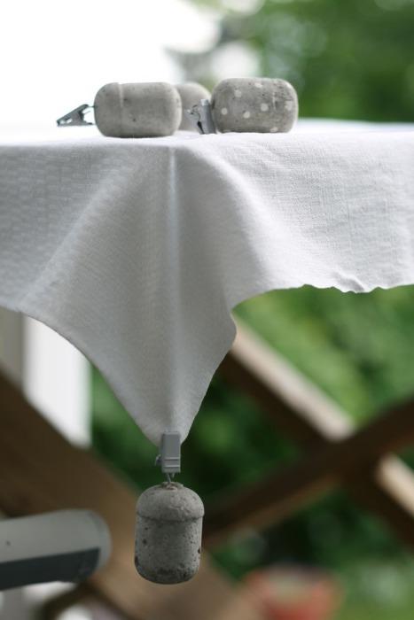 С такими грузиками скатерть останется на столе даже при самом сильном ветре.