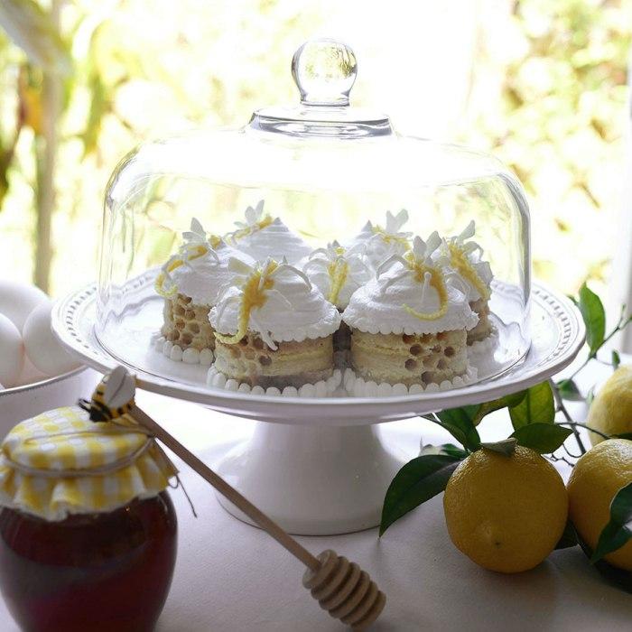 Пирожные в виде маленьких пчелиных ульев.