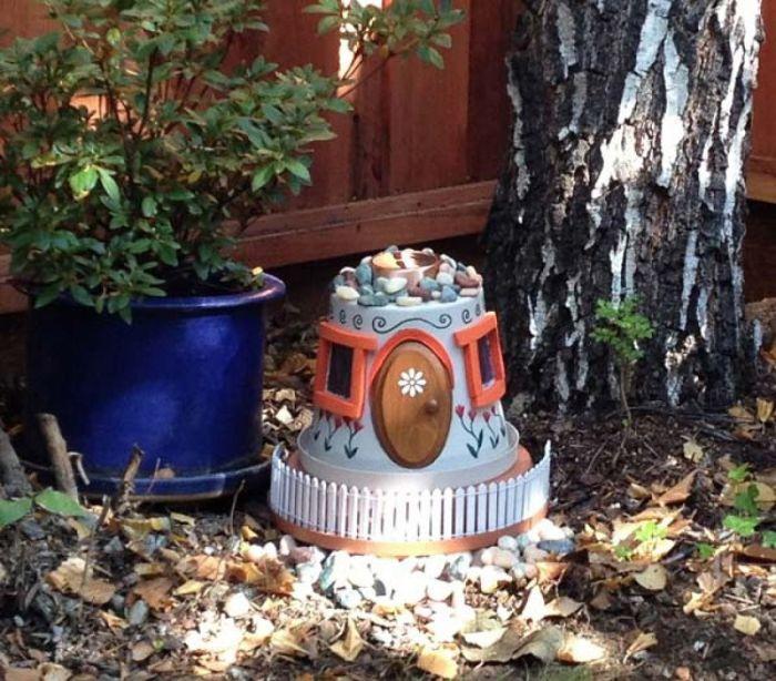 Милый домик для садовых гномов из глиняного цветочного горшка.