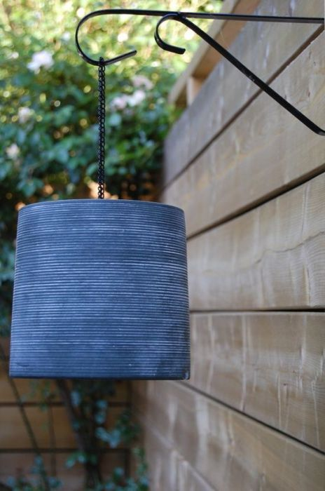 Стильная подвесная лампа из обычного горшка.