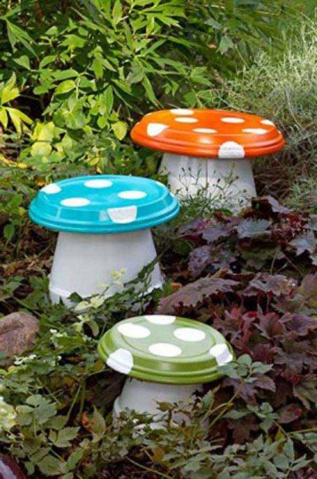Мухоморы со шляпками разных цветов - отличное украшение для сада.