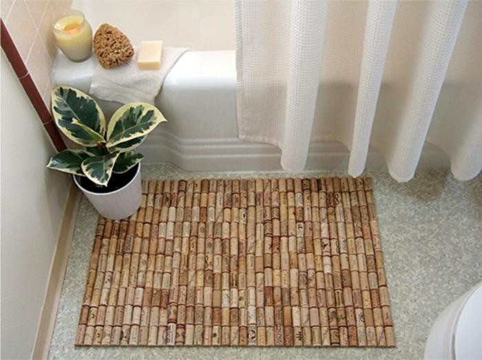 Удобный коврик в ванную, сделанный из множества винных пробок.