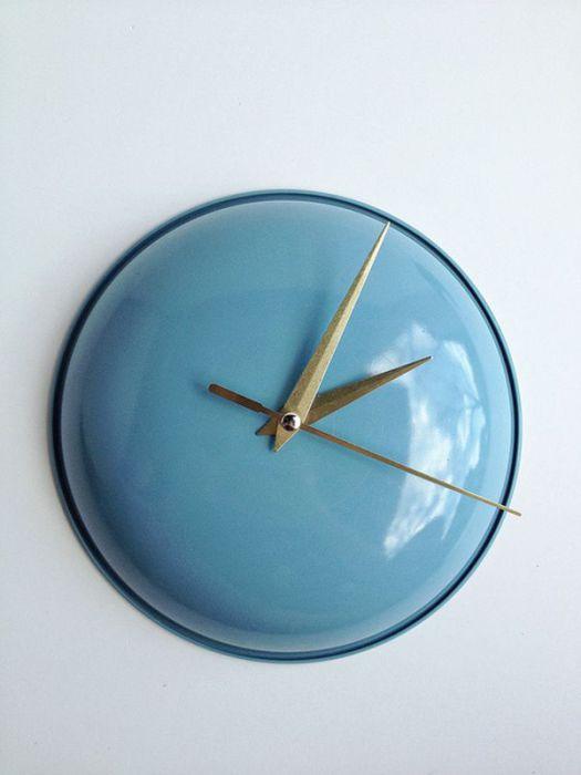 Удалив ручку от крышки и поместив вместо нее механизм часов, можно получить оригинальные настенные часы.