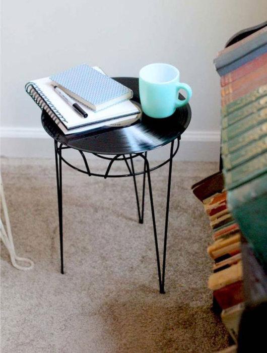 Виниловая пластинка послужит замечательной столешницей для необычного прикроватного столика.