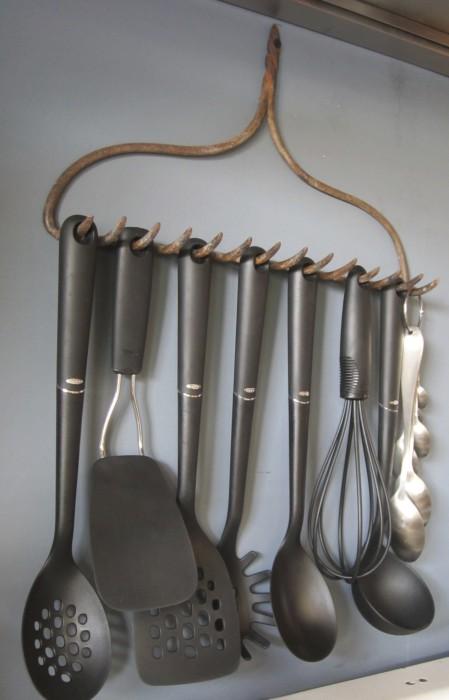 Необычный способ хранить кухонные принадлежности.