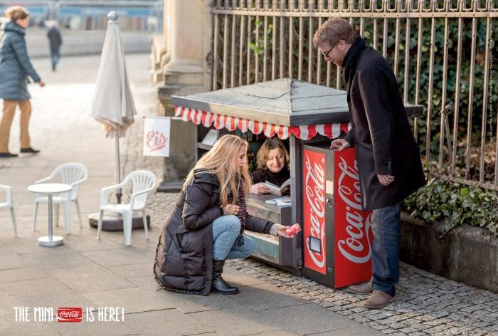 Маленький киоск с Кока-Колой.