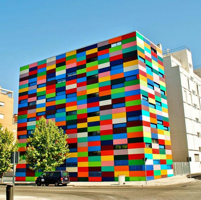 Разноцветный дом, расположенный в Карабанчеле.