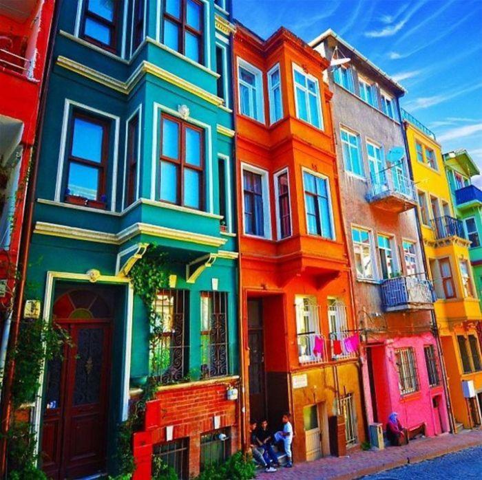 Яркие дома, привлекающие к себе внимание.