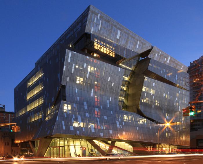 Эффектное здание университета в Нью-Йорке.