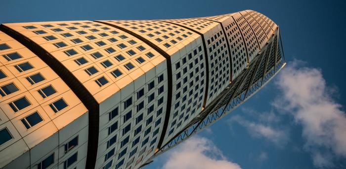 Необычный и запоминающийся небоскреб.
