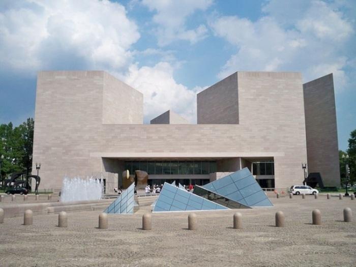 Строгие углы художественного музея.