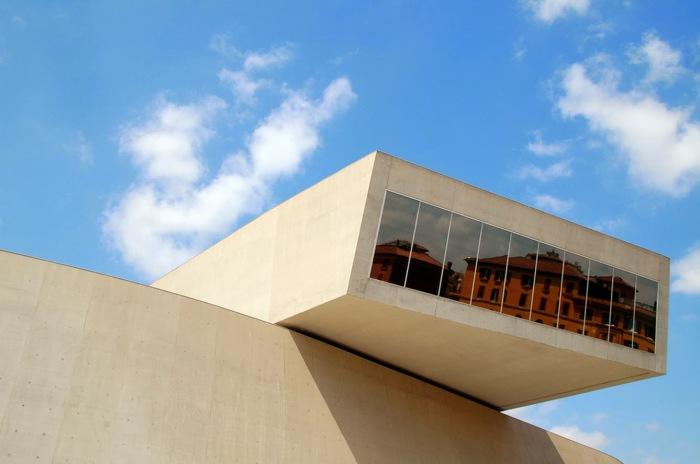 Огромное бетонное здание национального музея в Риме.