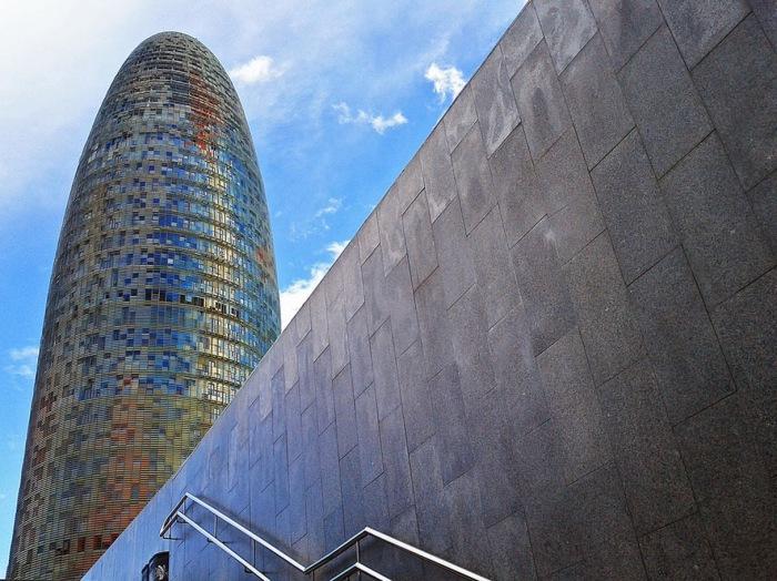 Современный стеклянный небоскреб.