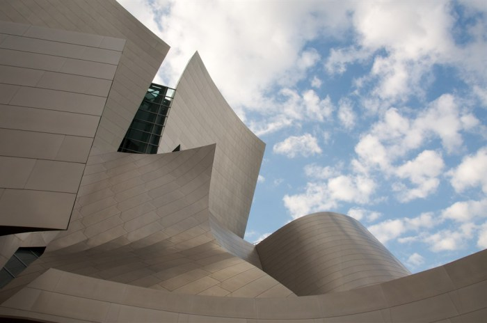 Неординарный внешний вид современного концертного зала.