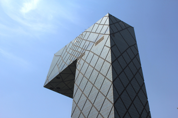 Небоскреб оригинальной формы в Пекине.