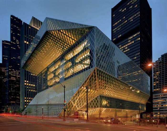 Огромное здание библиотеки из стекла и металла.