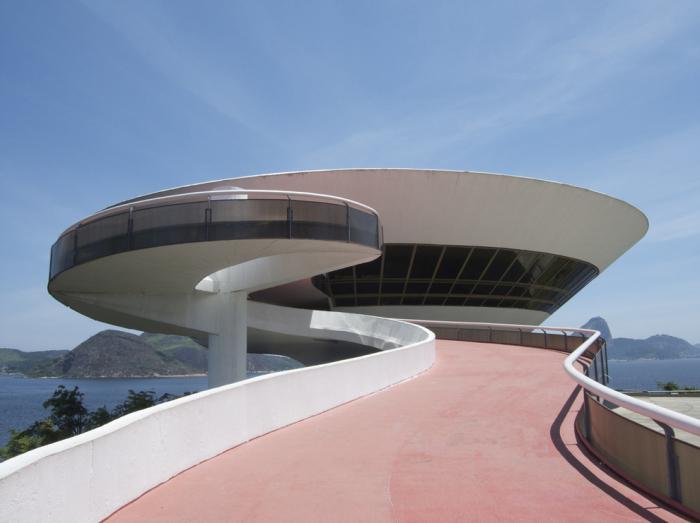 Необычное здание музея в стиле модернизм.