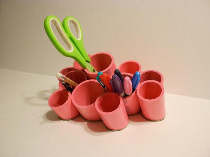 Оригинальная подставка из выкрашенных в ярких цвет частей пластиковой трубы.
