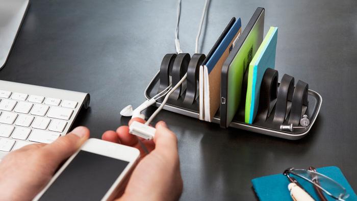 Подставка, решающая проблему вечно запутанных проводов, валяющихся по всему столу.