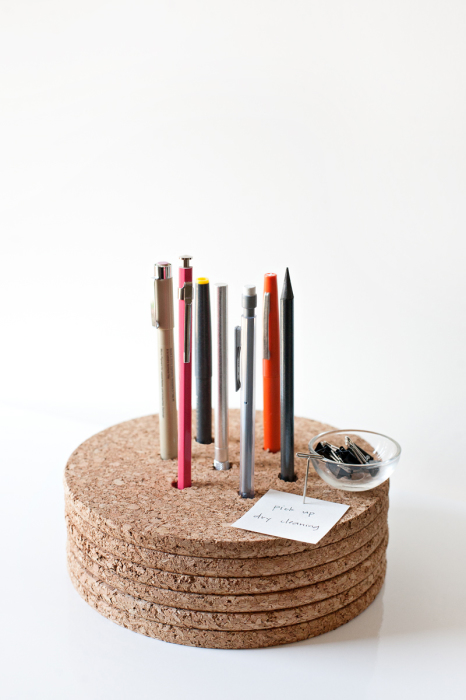 Удобная пробковая подставка для ручек и карандашей своими руками.