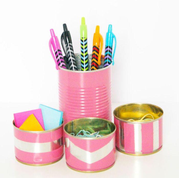 Яркие жестяные банки, в которых можно хранить ручки, скрепки и прочие мелкие вещи.