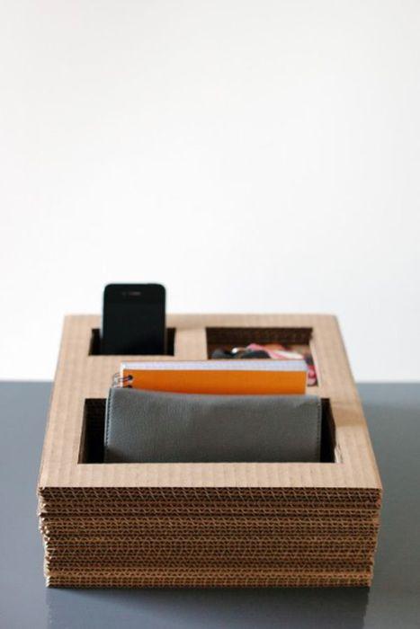 Простой и удобный настольный органайзер из картона для мелких вещей.