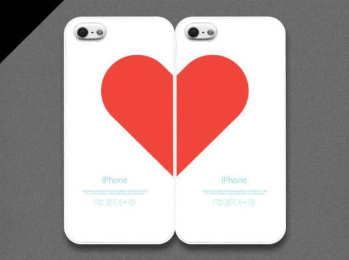 Два чехла для смартфонов, которые в паре образуют одно сердце.