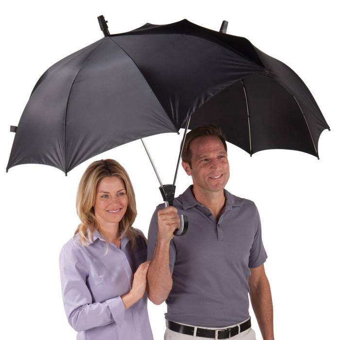 Огромный зонт, под которым с легкостью спрячутся двое.