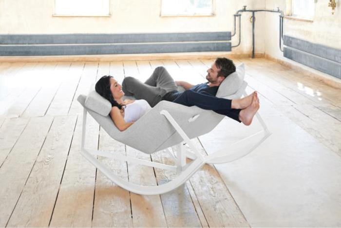 Комфортное кресло качалка с местом для двух человек.
