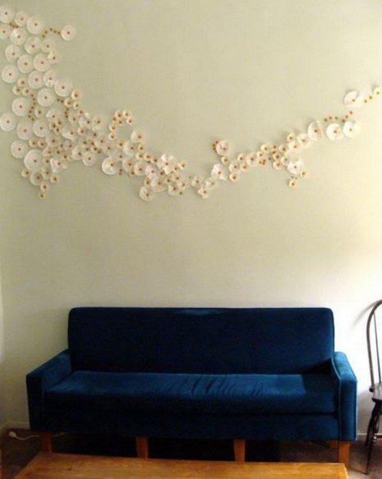 Небольшие цветочки на стене.