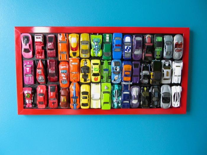 Яркая коллекция машинок в рамке.