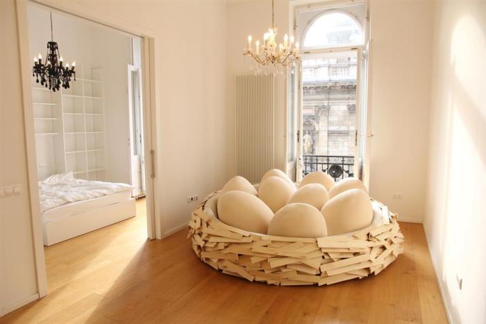 Мягкий диван в виде гнезда.