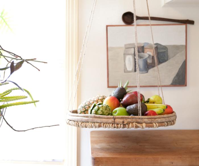 Подвесная корзина как необычный элемент декора.