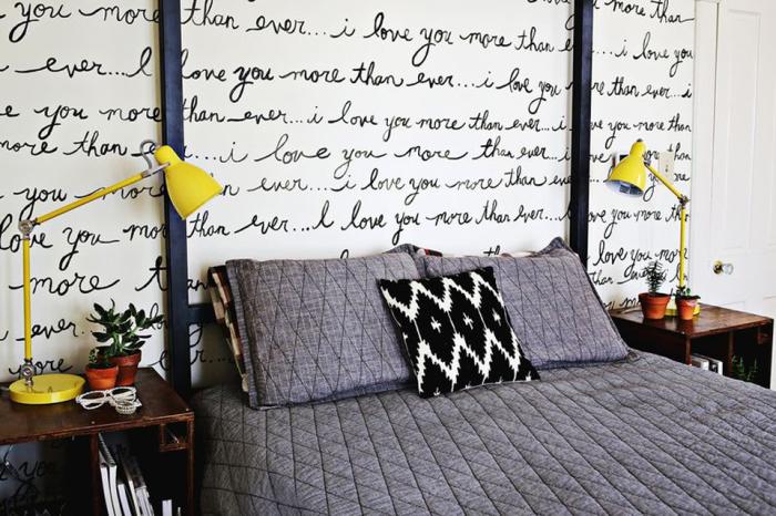 Надписи от руки создают уникальный дизайн комнаты.