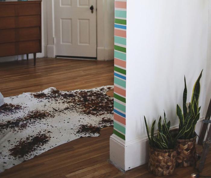 Яркий цвет стен придаст комнате оригинальность и оживит интерьер.