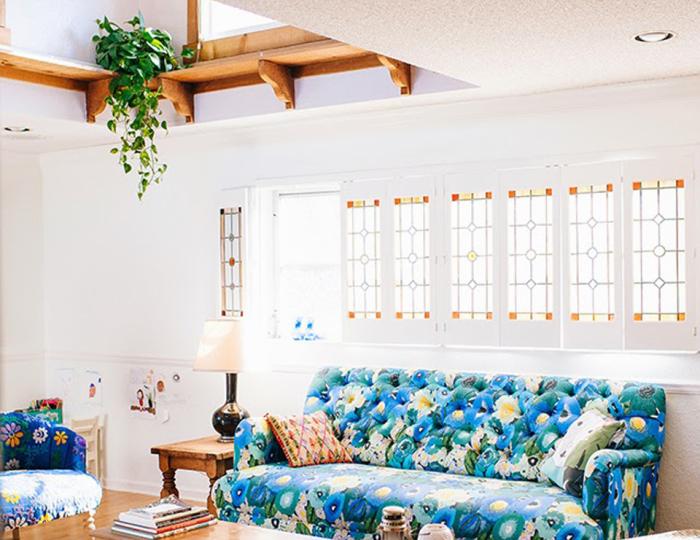 Простой способ украсить домашними растениями небольшую комнату.