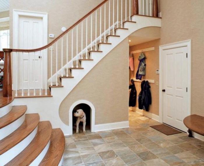Укромный уголок для собаки под лестницей.