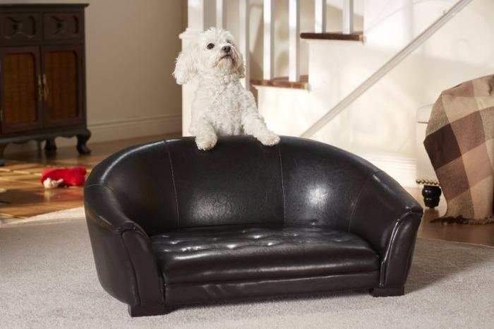 Комфортный кожаный диван для собаки.