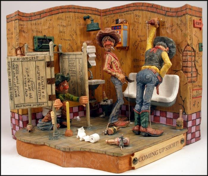 Правдоподобная деревянная карикатура на мужскую уборную.