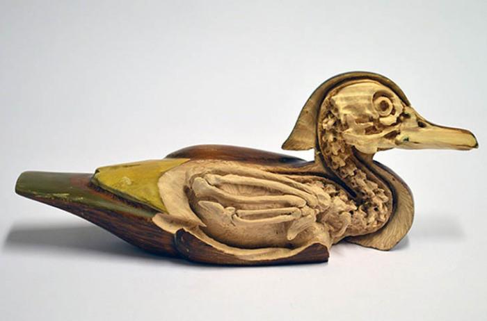 Деревянная фигурка, чья скелетная основа была обнажена скульптором-оригиналом.