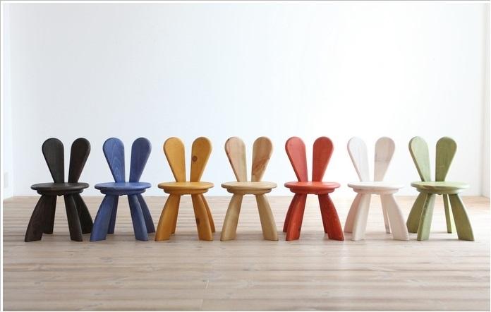Детские стулья со спинками в виде кроличьих ушек.
