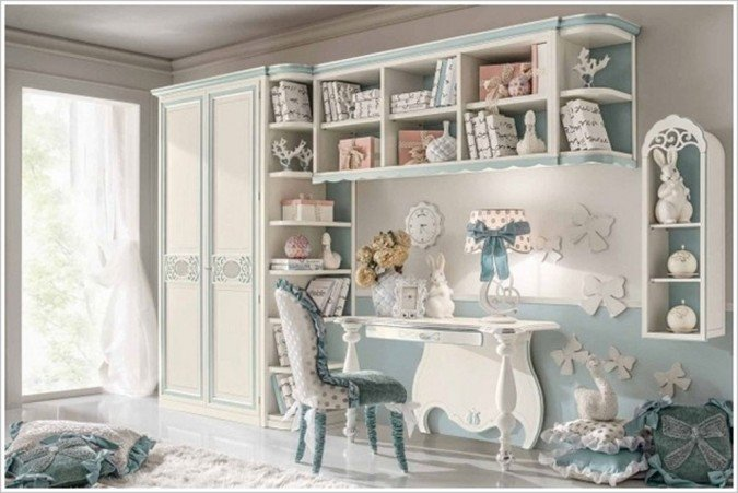 Милый гардероб, стол и стул для детской комнаты.