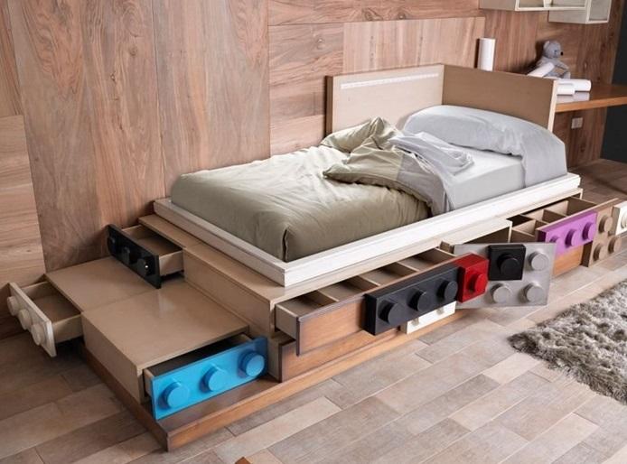 Кровать с выдвижными ящиками в виде конструктора LEGO.